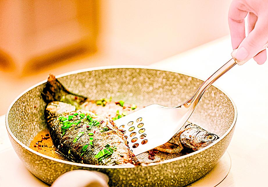 煎魚時需要掌握好火候,對新手來說比較困難。