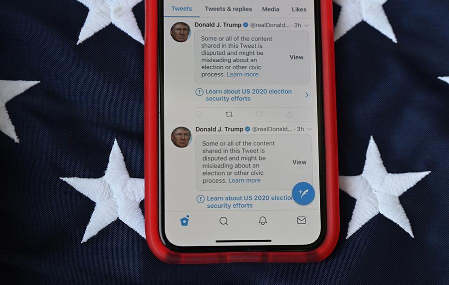 社交媒體大幅干預政治、控制新聞發放和妨礙大眾的知情權。所有特朗普的推文均被貼出警告,試圖打擊滅聲。(Photo by ROBYN BECK/AFP via Getty Images)