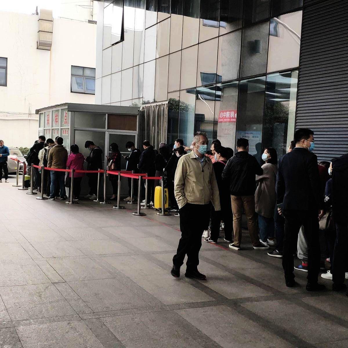 上海靜安市北醫院排隊長達一百多米,市民等待做核酸檢測。(受訪者提供)