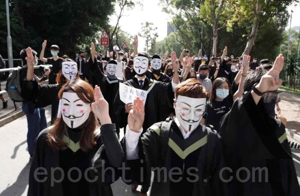 19日,中大應屆畢業生發起校內遊行,紀念反送中社會運動、關注12名被大陸扣押港人等。(大紀元資料圖片)