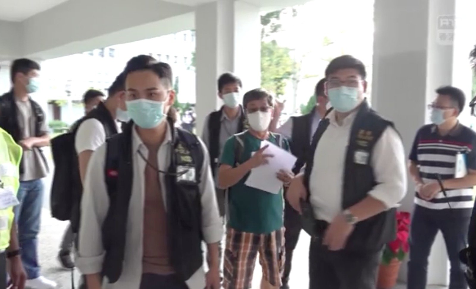20日,香港國安處約有40名人員進入中大調查並搜證。(RTHK影片截圖)
