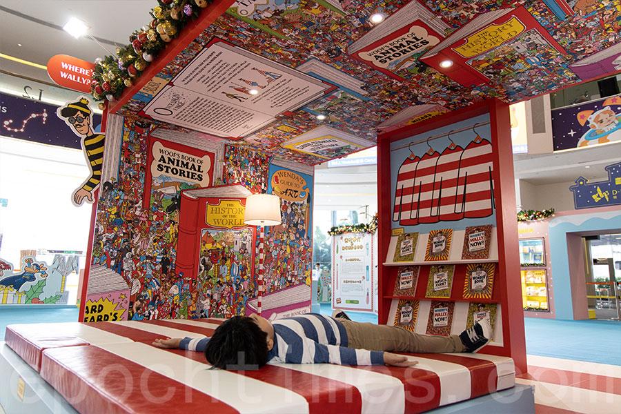 身穿經典紅白條紋服裝的Mr. Wally,帶著他的睡房來到「故事大飯店」,大家可以躺在床上讀故事。(陳仲明/大紀元)
