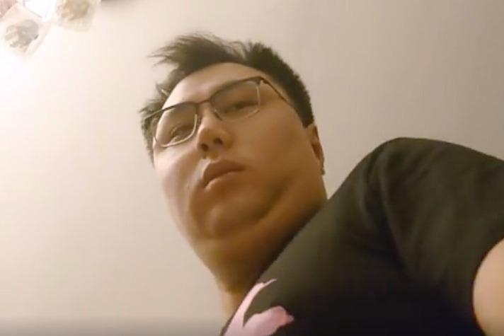 王百羽的社交平台上載一段警方在其寓所裏出示搜查令時的影片。(王百羽Facebook 截圖)