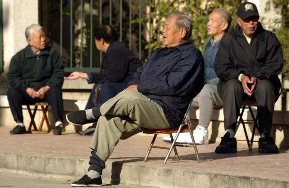 中共大規模捏造的人口數據,掩蓋了迫在眉睫的人口危機。預計在未來五到十年時間,中共當局預計會有8萬億至10萬億元的養老金缺口。圖為北京曬太陽的老人。(AFPGetty Images)