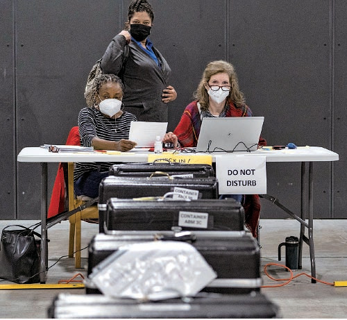 圖為11月16日,總統大選過後,佐治亞州格威內特縣(Gwinnett County)選舉工作人員重新計票。(Megan Varner/ Getty Images)