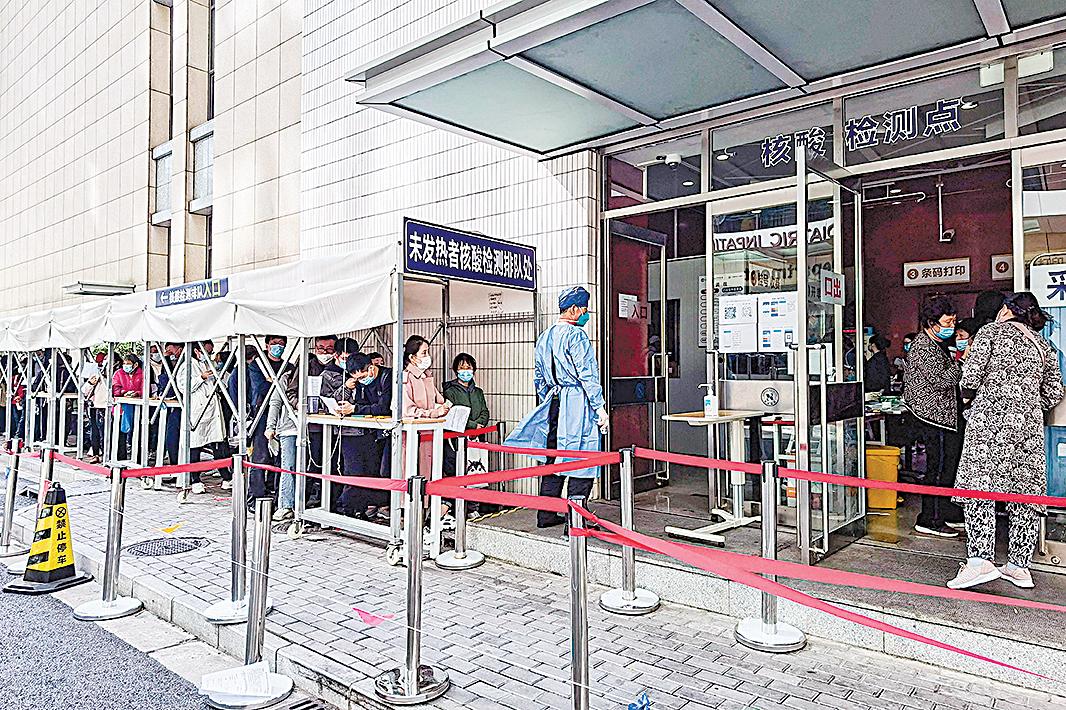 11月13日,上海一家醫院門外,人們排隊等候進行中共病毒的核酸檢測。11月12日,習近平剛剛參加浦東開發30周年紀念活動,再談經濟內循環。11月16日,李克強在經濟座談會上說,「今年經濟發展的困難特殊」。(STR/AFP via Getty Images)