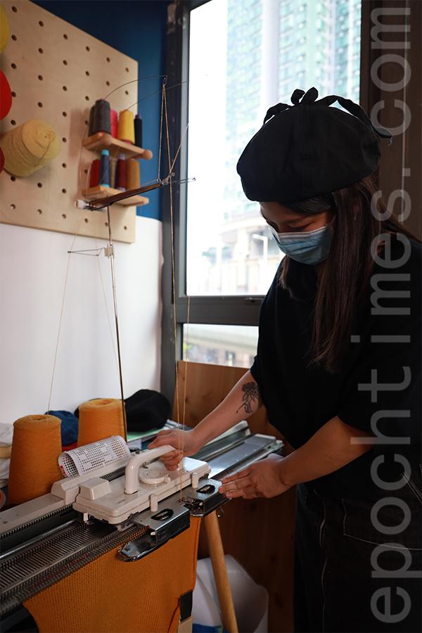 Shu示範手搖針織機的針織過程。(陳仲明/大紀元)