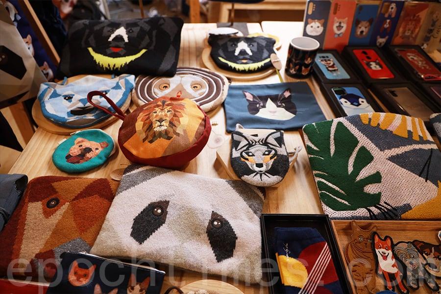 企鵝、黑熊、紅鶴、北極熊、貓頭鷹⋯⋯手作人Shu設計出一個個瀕臨滅絕的動物形象,展現在自家設計的產品中。(陳仲明/大紀元)