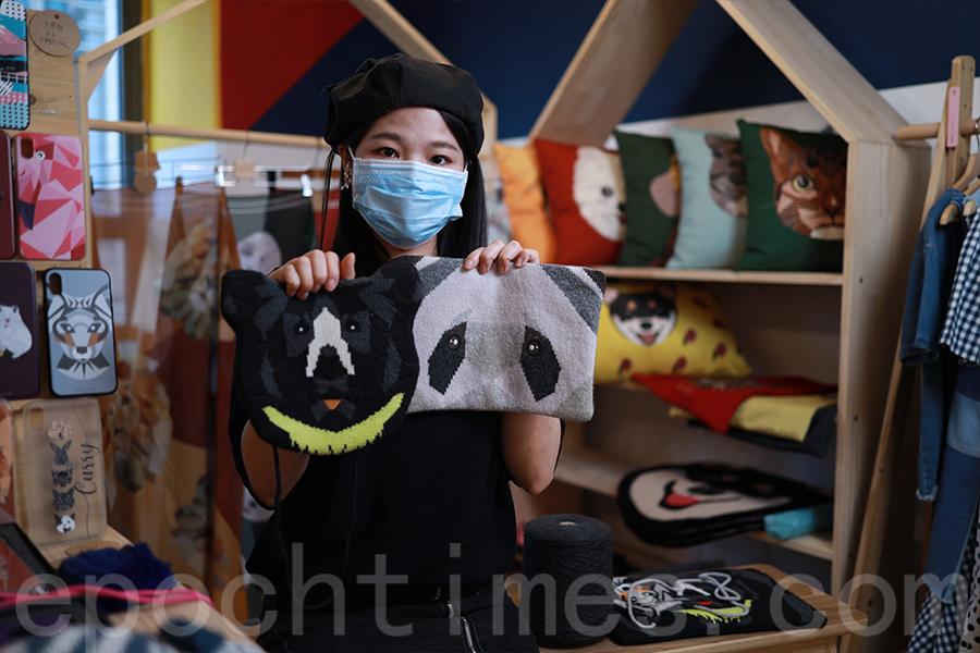 Shu曾將自己製作的黑熊主題產品義賣,為保護黑熊籌款。(陳仲明/大紀元)