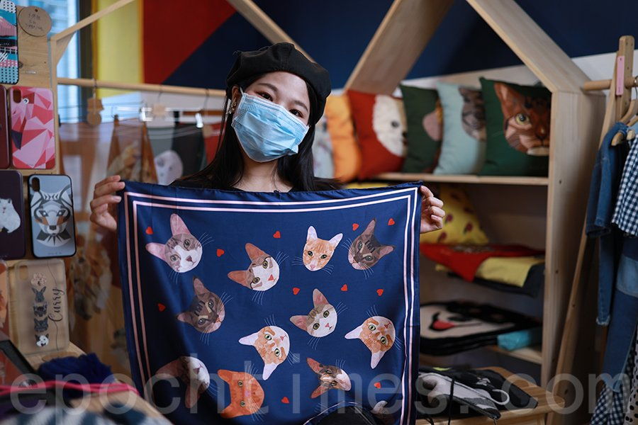 Shu將大澳流浪貓繪出,製作成絲巾。(陳仲明/大紀元)