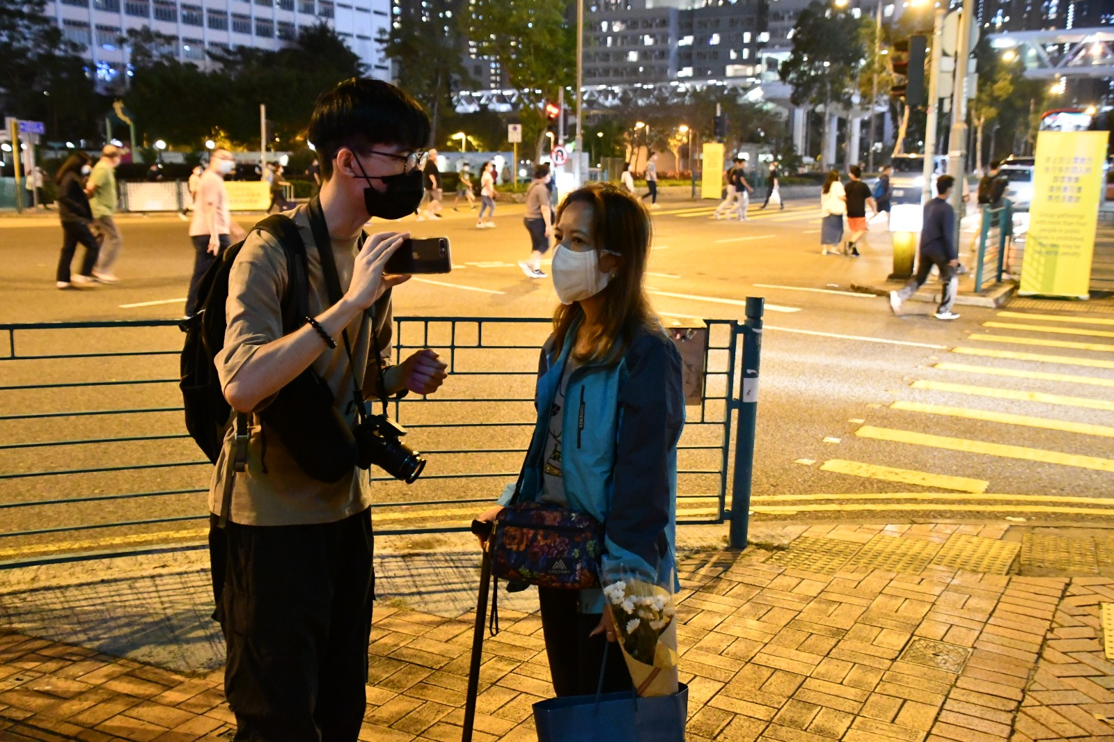 街坊黃小姐被警方阻止獻花後,接受網媒訪問,期間她表示,對警方做法感到非常憤怒。( Big Mack/大紀元)