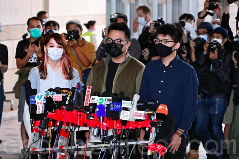 周庭、林朗彥、黃之鋒(由左到右)在西九龍裁判法院應訊前會見傳媒,表示雖然面對監禁,但是無悔抗爭。(宋碧龍/大紀元)