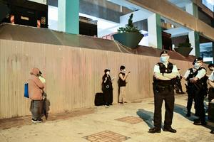 任憑港府打壓 市民堅持親自插花默站悼念