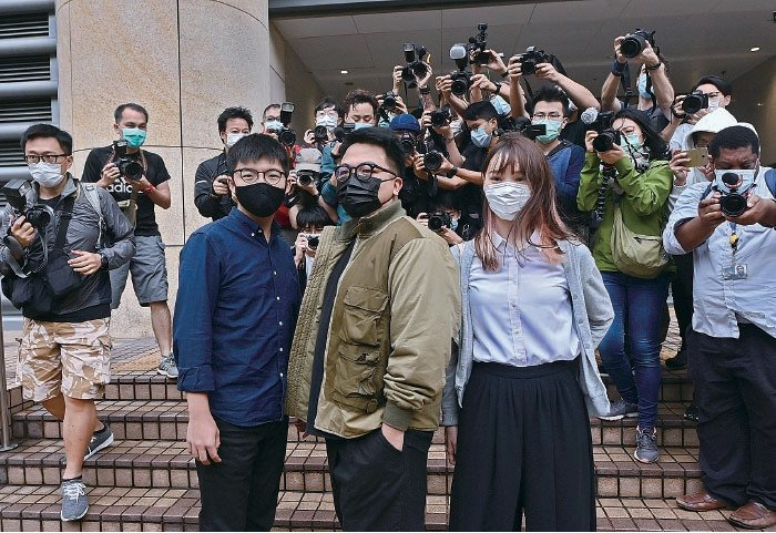 黃之鋒(左起)、林朗彥及周庭,去年包圍警總案件被控「煽惑他人參與未經批准集結」等罪名,3人承認控罪,須即時還押。(宋碧龍/大紀元)