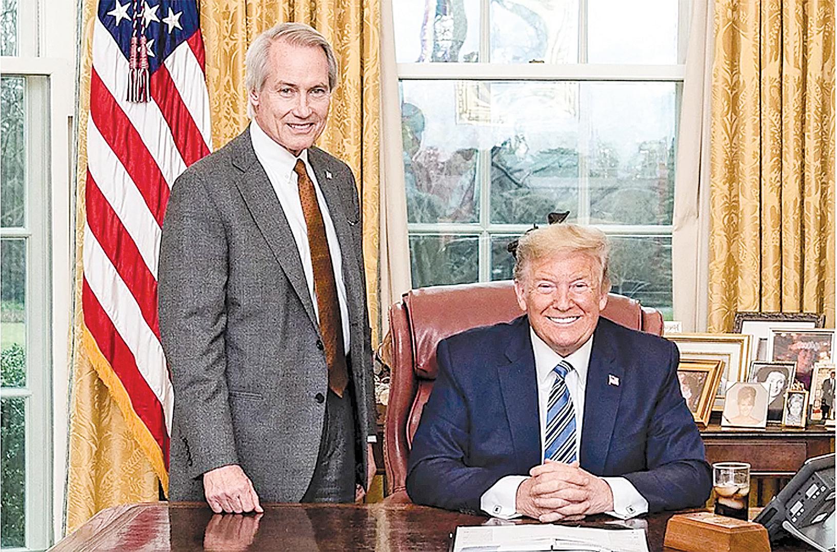 美國頂級大律師林肯伍德(Lucian Lincoln Wood)表示,拜登團隊企圖劫持民意、竊取國家政權,他們將面臨牢獄之災。圖為2020年3月11日,特朗普總統(右)與林肯伍德(左)。(公共領域)