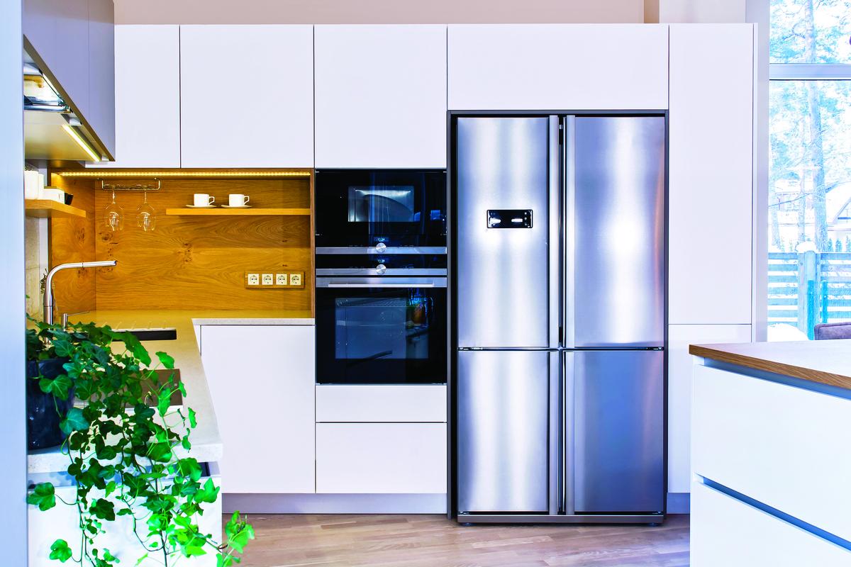將微波爐和冰箱整個做成一面牆內嵌的方式。