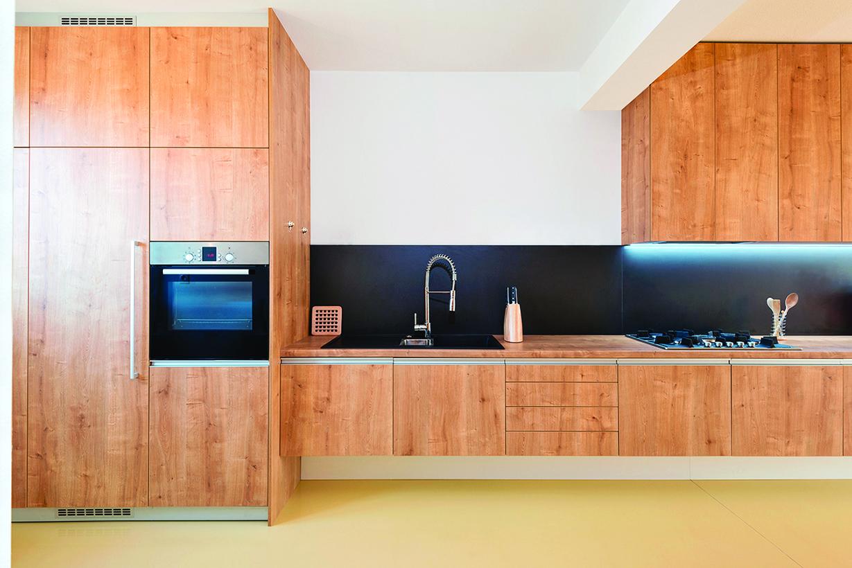將微波爐直接放入餐具室或廚具櫃中,便可隱藏起來。