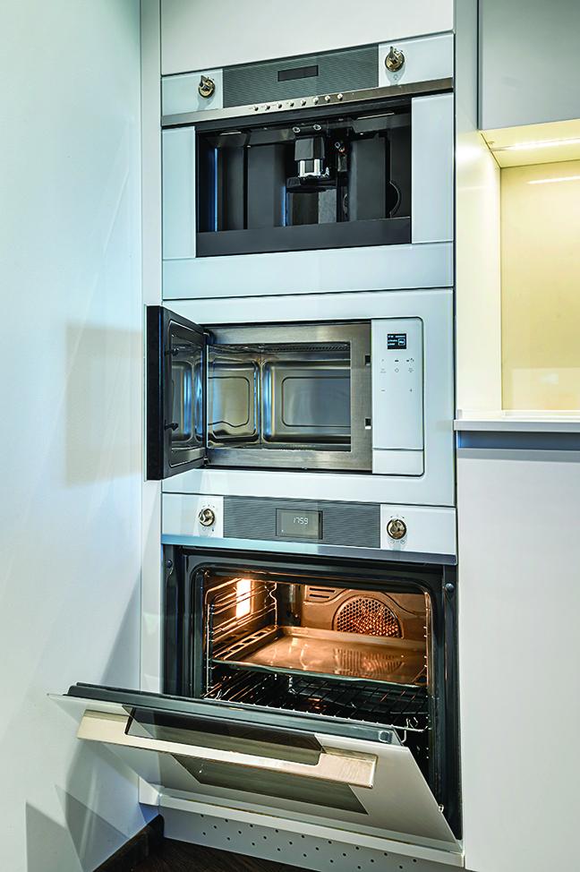 設計一個高櫃,將烤箱、微波爐等電器堆疊放置。