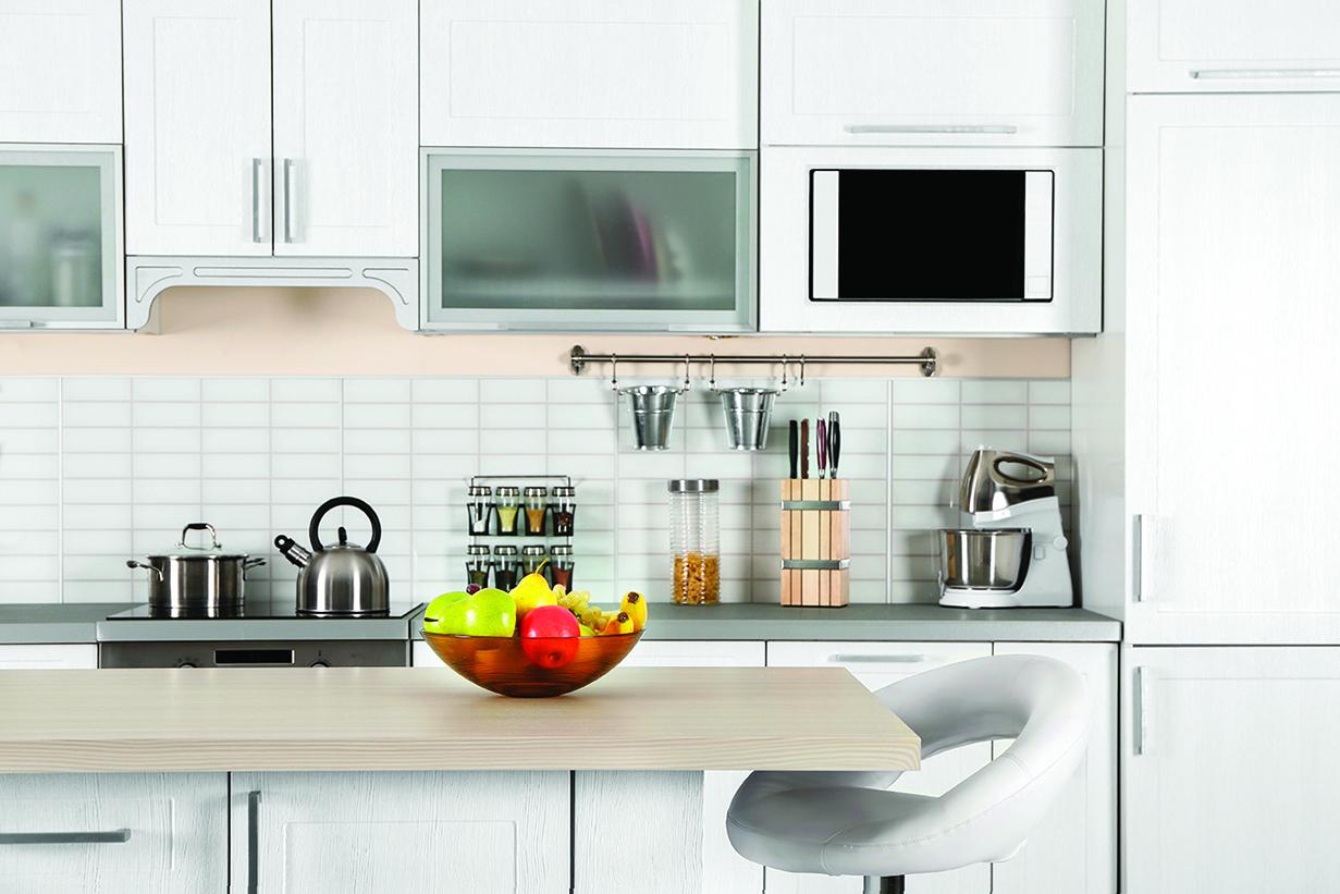 事先將微波爐直接崁入,做成整組的廚具櫃。