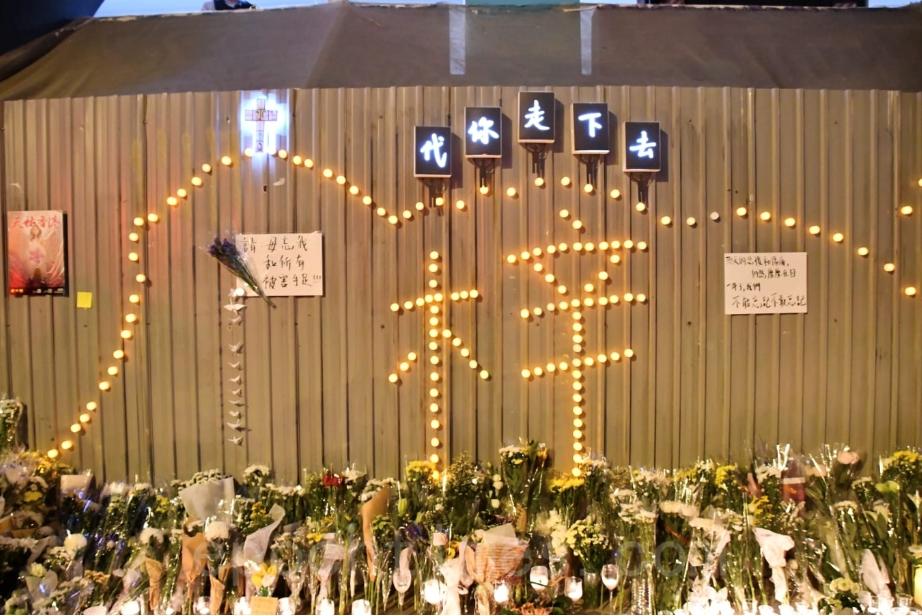 圖為2020年11月8日晚,數百名香港市民在將軍澳尚德十字路口悼念周梓樂逝世周年。(Big Mack/大紀元)
