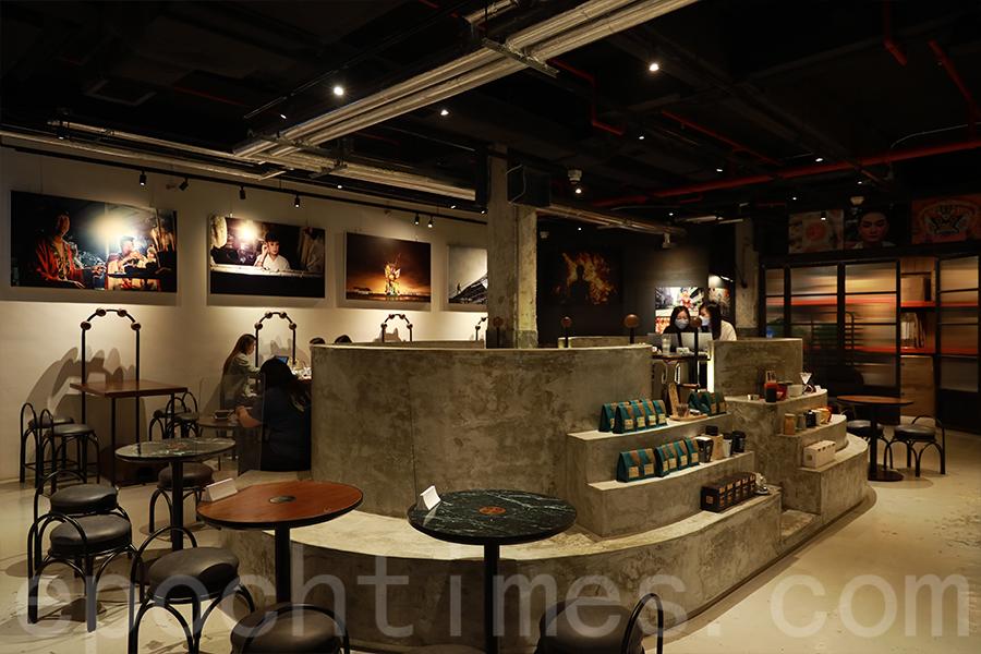 位於南豐紗廠KoKo Coffee Roasters舉辦的鄧錦泉個人攝影展覽。(陳仲明/大紀元)