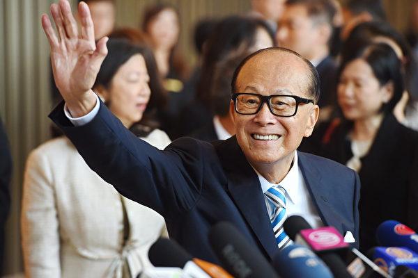 9月2日,李嘉誠旗下公司大幅減持支付寶香港的股份,內幕引人猜測。圖為2018年5月10日李嘉誠退休前最後一天上班。(宋碧龍/大紀元)