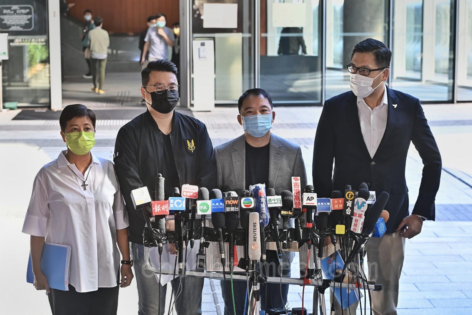 民主黨四名代表包括胡志偉,林卓廷、黃碧雲及鄺俊宇,今天(25日)下午在立法會門外回應林鄭施政報告。(宋碧龍/大紀元)