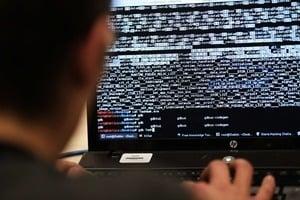 港府強推「安心出行」二維碼 分析:中共式監控