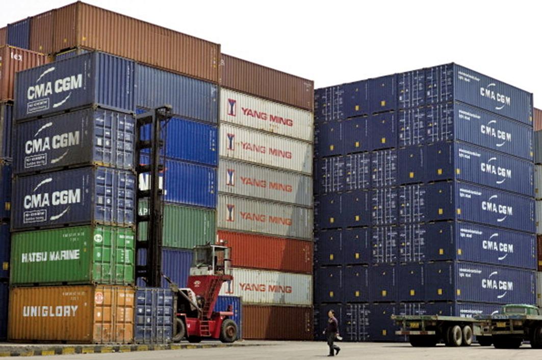 受中共央行操控匯率影響最大就是外貿企業,一些鎖定匯率的外貿企業感歎「升跌都是苦」。圖為上海港口。(PHILIPPE LOPEZ/AFP/Getty Images)