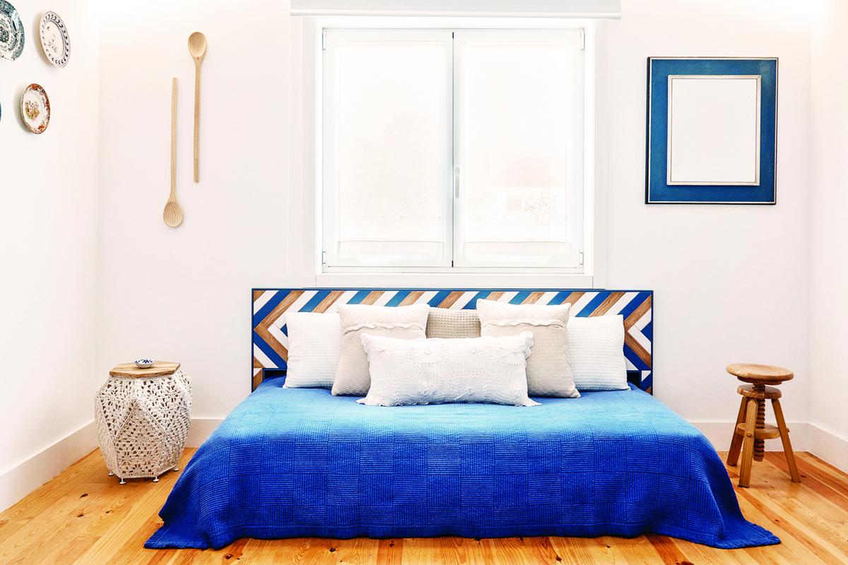 床頭和窗戶是臥房的視覺焦點,將兩者擺在一起能集中視覺焦點。