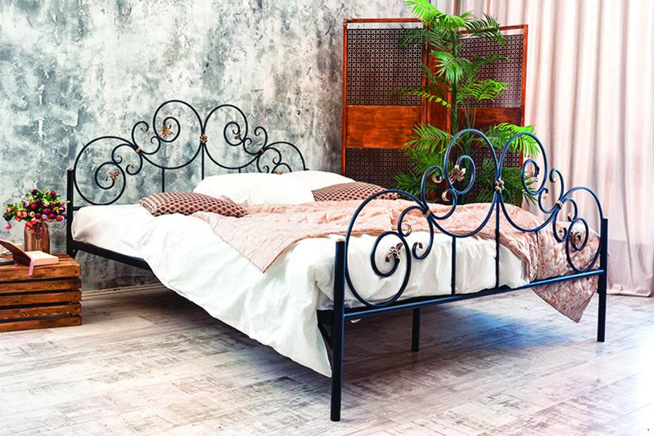 鐵床從床尾板到床頭板都可看穿,可增加視覺空間感。