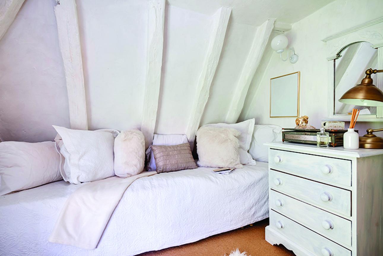 牆和天花板刷成同樣的淺色,狹小空間的臥房看起來更明亮。