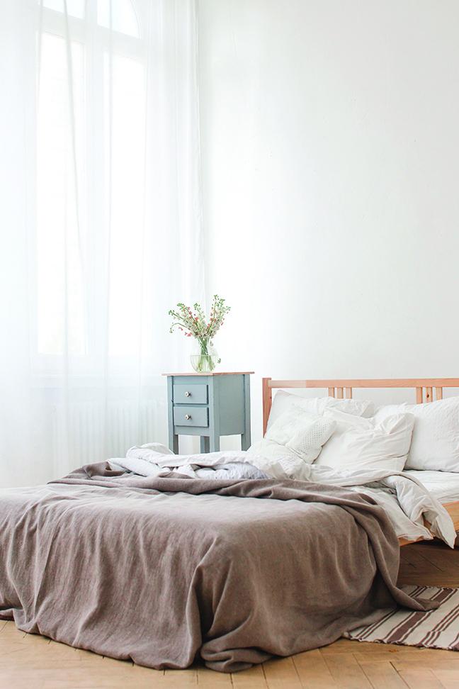 窗簾從天花板延伸到地面,感覺屋高拉長,空間相對感覺寬敞。