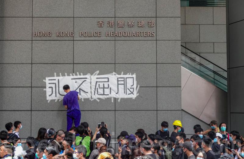 2019年6月21日,市民包圍警察總部,並在外牆貼上標語,抗議政府強推「送中條例」及6.12警察暴力鎮壓和平示威者。(余鋼/大紀元)
