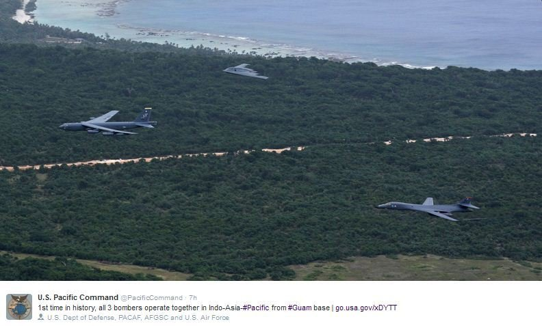 美國三代轟炸機週三在西太平洋地區飛行,並首度如分列式般的飛越關島空軍基地。(U.S. Pacific Command推特twitter.com/PacificCommand)