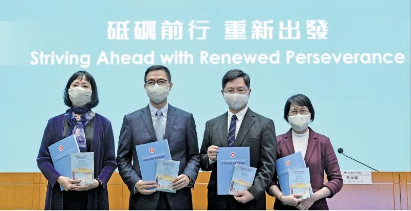 教育局局長楊潤雄(左二)昨日宣佈通識科將改名,刪減課程內容及課時,評級只分「合格」、「不合格」。(政府新聞處)