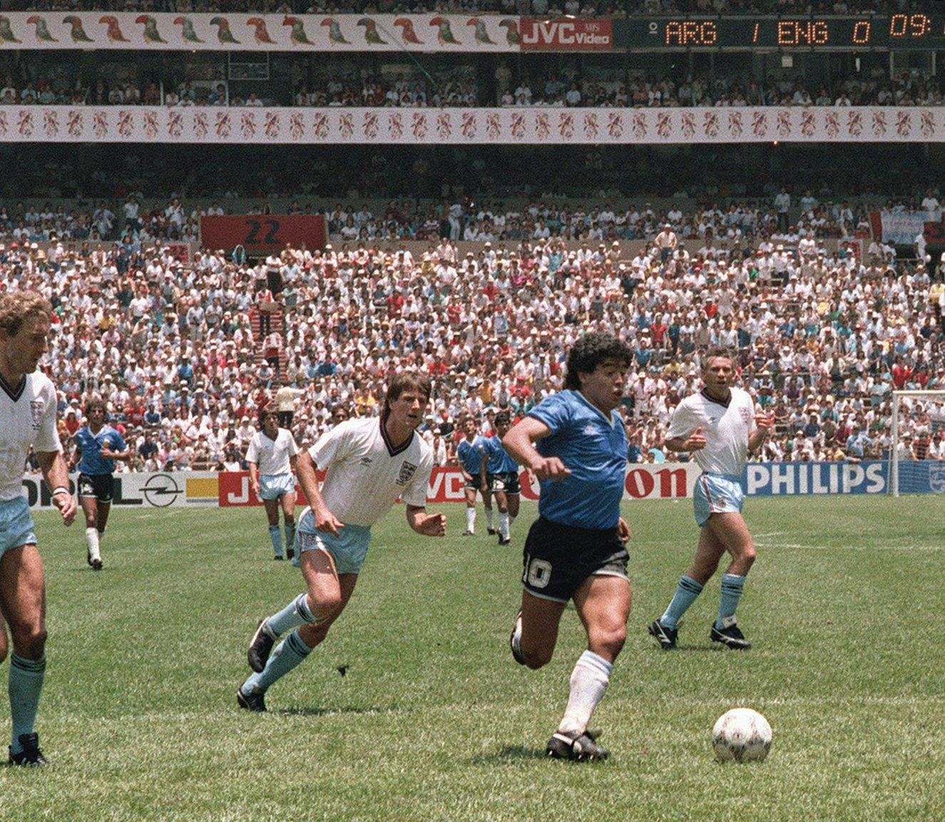 1986年6月22日,馬勒當拿(藍衣者)在世界盃賽上。(AFP)