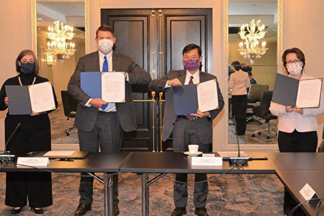 台美經濟繁榮夥伴對話20日登場,駐美代表蕭美琴(右)在美國國務次卿克拉奇(Keith Krach,左2)與經濟部次長陳正祺(右2)見證下,簽署備忘錄。(駐美代表處提供/中央社)