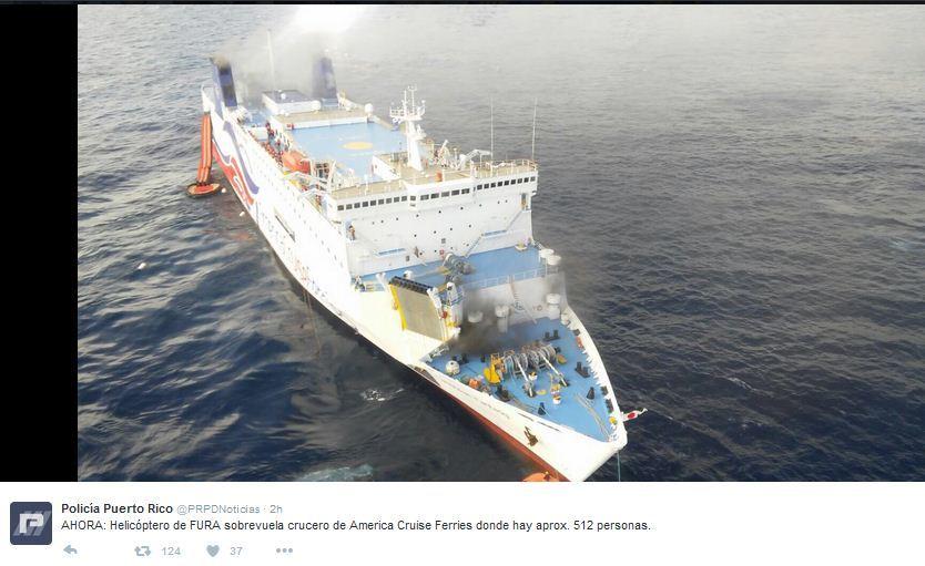 美屬波多黎各外海的一艘郵輪突發大火,船上超過500人正在緊急登上搜救船疏散。(Policía Puerto Rico推特圖片)