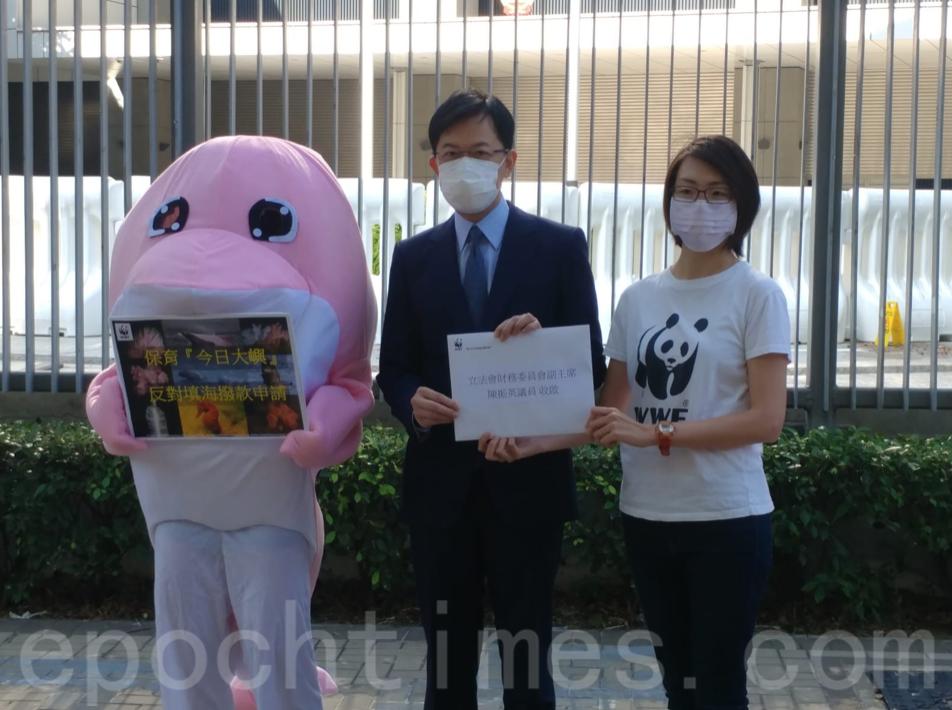 世界自然基金會香港分會海洋保育經理林言霞(右)向財委會遞交意見書。(Wendy/大紀元