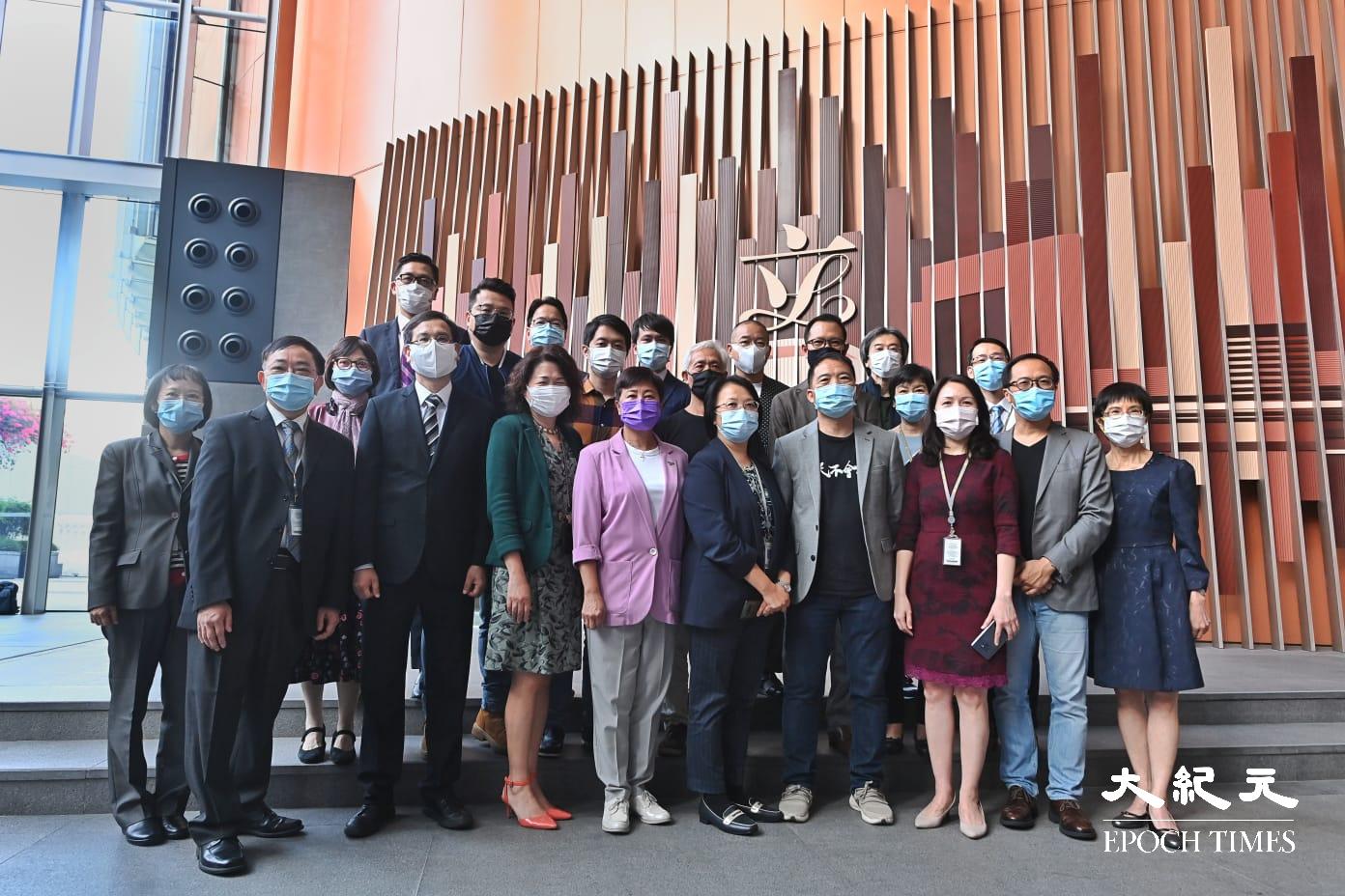 11月27日,部份民主派立法會議員在立法會地下「立」字標誌前拍照留念,並高叫「香港加油」等口號。(宋碧龍/大紀元)