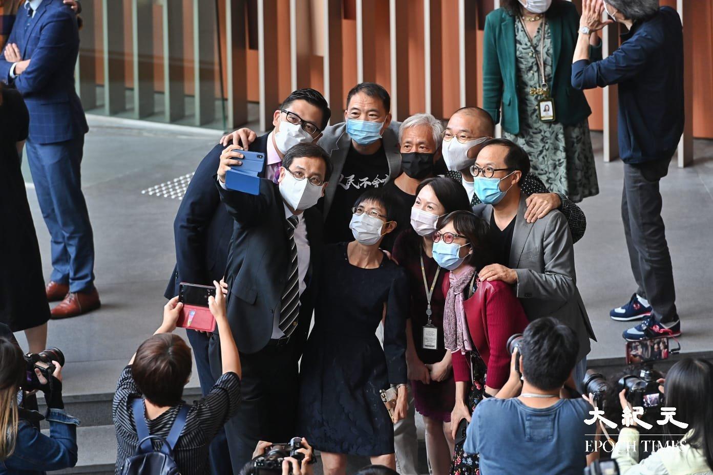 部份民主派立法會議員在立法會拍照留念。(宋碧龍/大紀元)