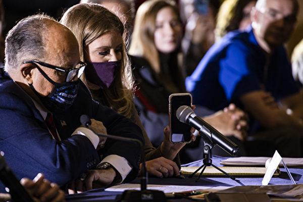 美電商巨頭Overstock創始人帕特里克‧伯恩說:大選100%被操縱、中共絕對介入其中。名主播表示,拜登勾結媒體、大型科技公司,操縱大選。圖為11月25日賓州聽證會,特朗普通過手機發表講話。(Samuel Corum / Getty Images)