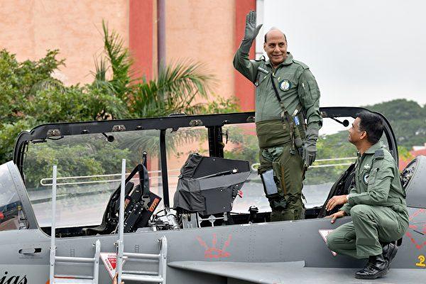 圖中站立揮手者為印度國防部長拉格納特辛格(Rajnath Singh)。(MANJUNATH KIRAN∕AFP via Getty Images)
