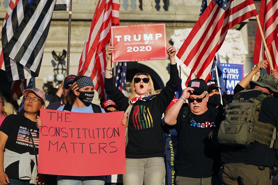 11月7日,大批支持特朗普的民眾聚集賓夕法尼亞州的州首府外,對大選舞弊表示憤怒。(Spencer Platt/Getty Images)