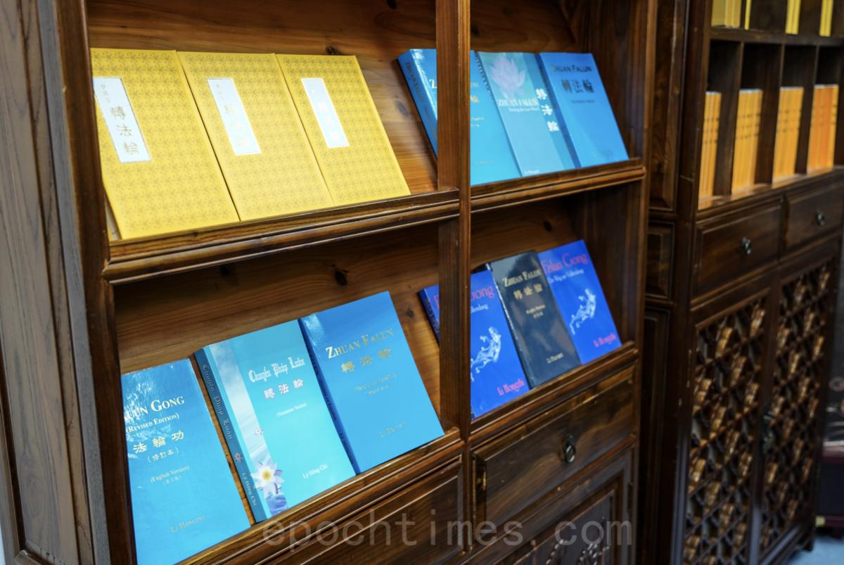 香港天梯書店於9月19日開業至今已兩個多月。在今天善惡、正邪的大戰中,小小的天梯也扮演著自己獨特的角色。(余鋼/大紀元)