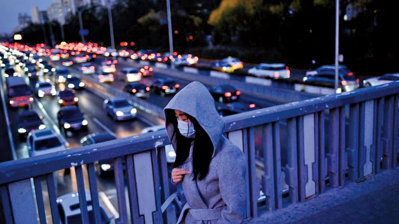 11月3日,北京一名女子走過街上的天橋。(WANG ZHAO/AFP via Getty Images)