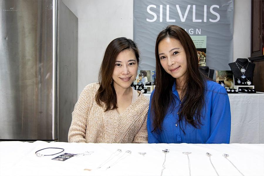 Hidy找到本地銀飾品牌Silvlis Design創辦人林蔚雯(Susanna),合作推廣本土設計的海洋系列銀飾。(陳仲明/大紀元)
