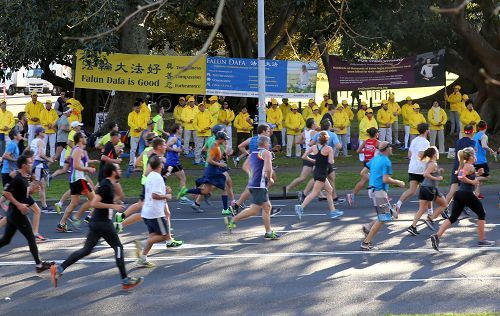 2016年8月14日,悉尼舉辦一年一度的「城市到海灘」馬拉松長跑慈善活動,悉尼法輪功學員在長跑終點──玫瑰灣的萊恩公園(Lyne Park)展示功法,美好祥和的場面吸引了跑步者的關注。