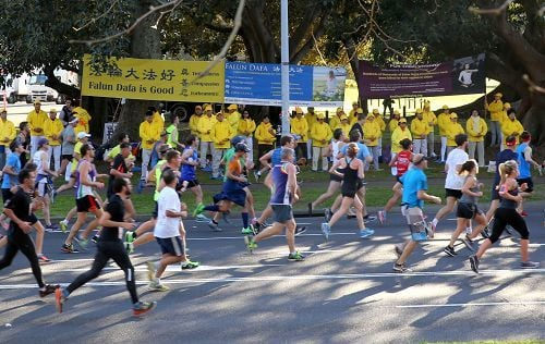 悉尼8萬人長跑 人們簽名支持法輪功
